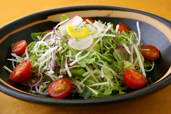 黒皿サラダ